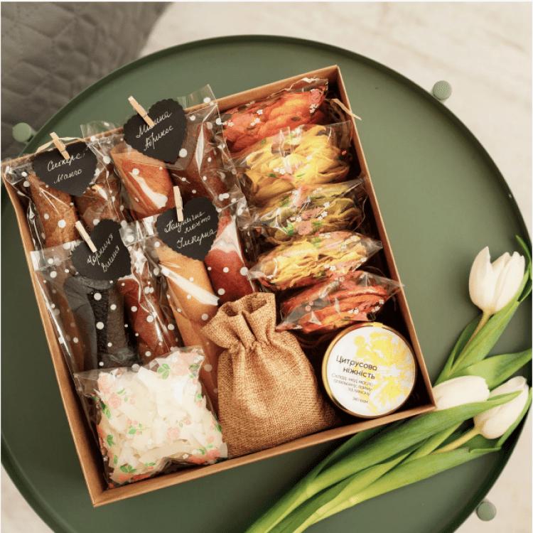 """Подарунковий набір """"Queen BOX"""". Пастила та фруктові чипси - image-0"""