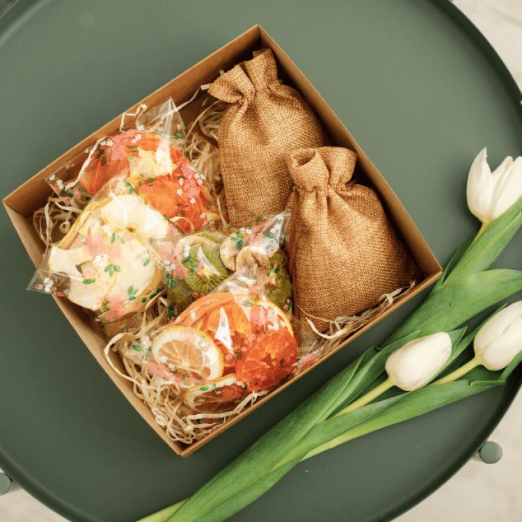 """Подарунковий набір """"Lady BOX, горіховий"""". Фруктові чипси та мікс горіхів - image-0"""