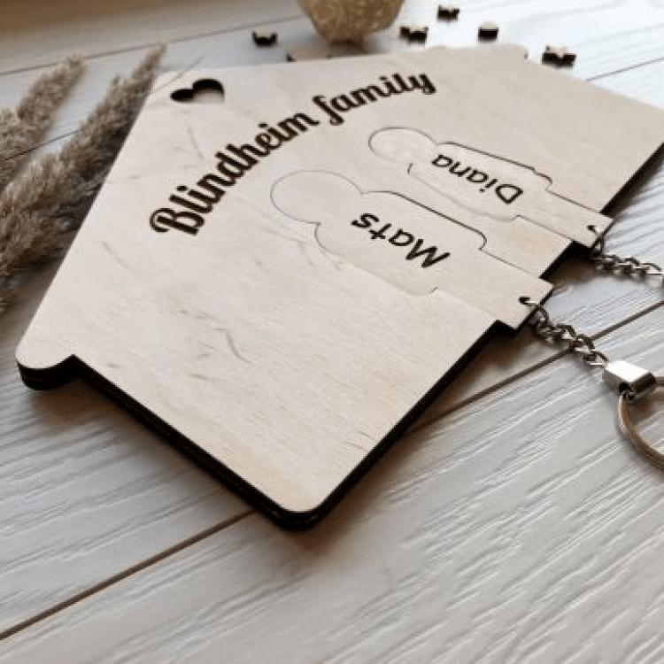 Дерев'яна ключниця на два брелка з індивідуальним гравіюванням - image-1