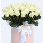 Велика коробка з білими трояндами - image-0
